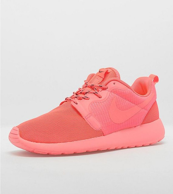 nike-womens-roshe-run-hyperfuse-laser-crimson-1-570x639