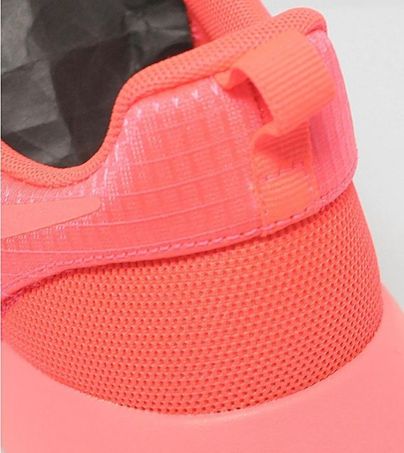 nike-womens-roshe-run-hyperfuse-laser-crimson-6-570x639